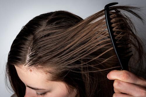 Eine fettige Frisur mit einem shampoo gegen fettige haare heilen.