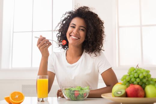 Gesundes essen besiegt fettige haare