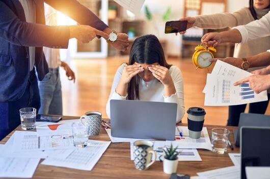 Frau am Arbeitsplatz ziemlich gestresst, Stress vermeiden und gesunde Haare bekommen